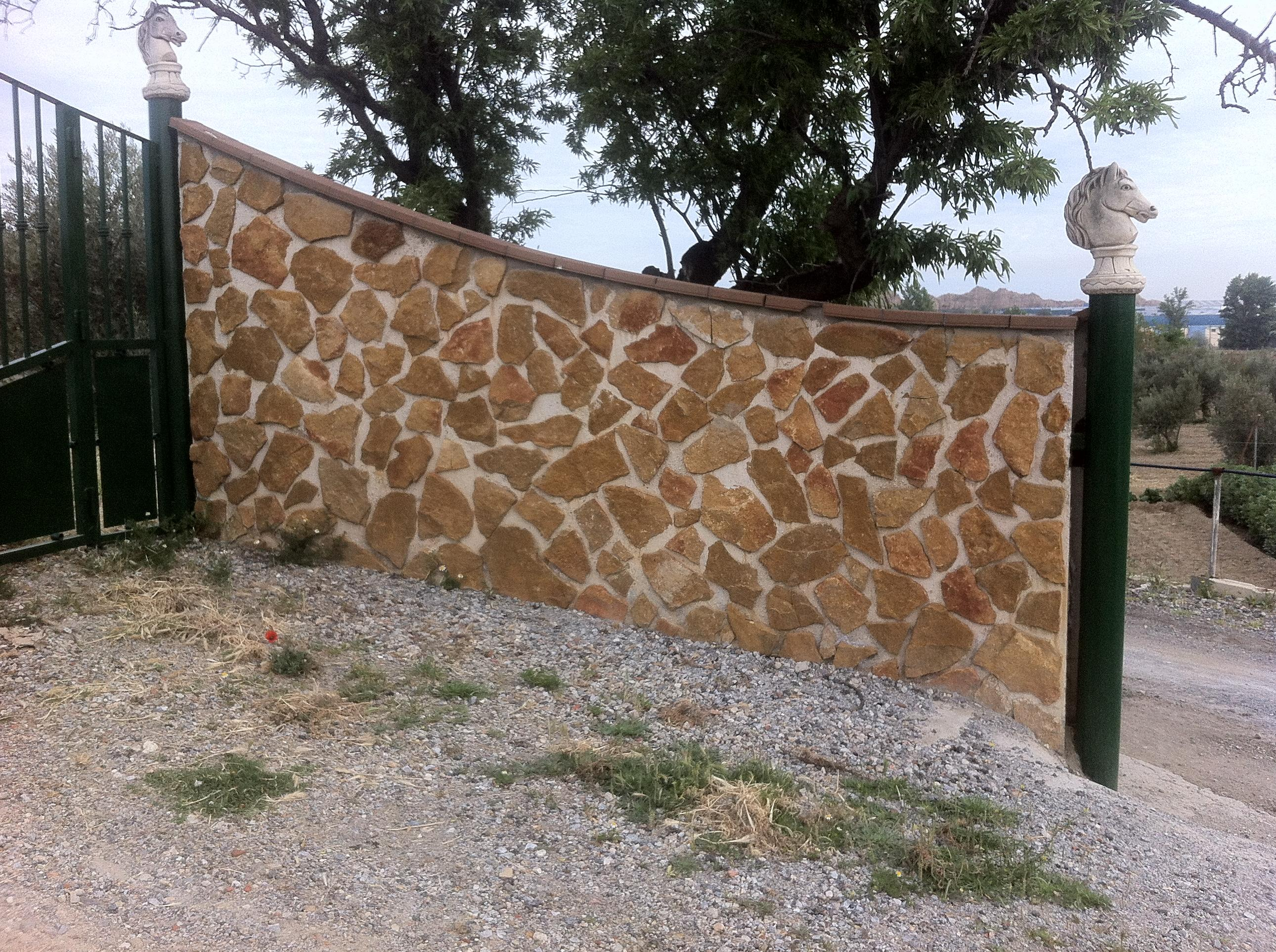 Cerramiento de parcelas con placas acabadas en piedra - Piedra para muro exterior ...