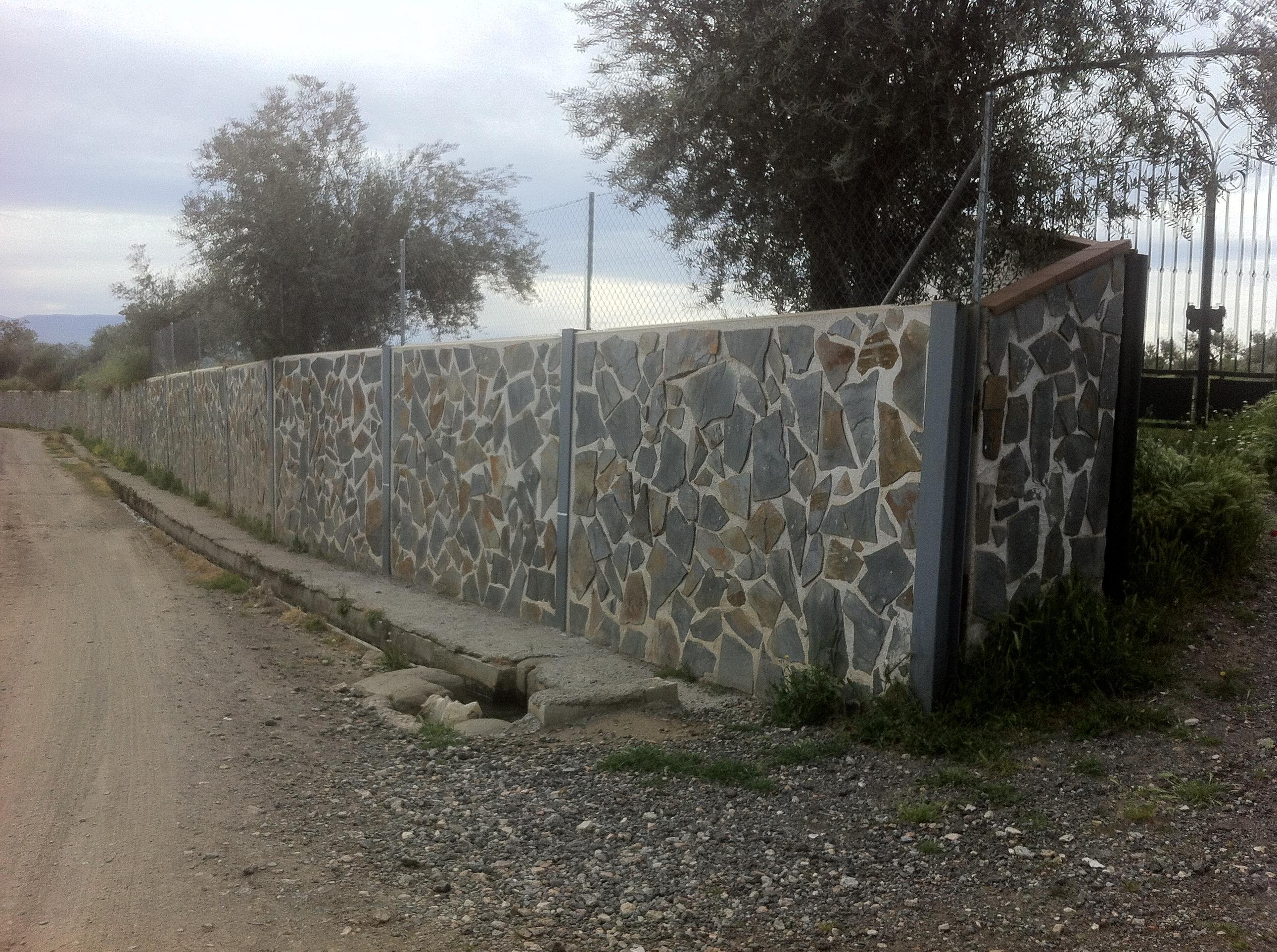 Cerramiento De Parcelas Con Placas Acabadas En Piedra