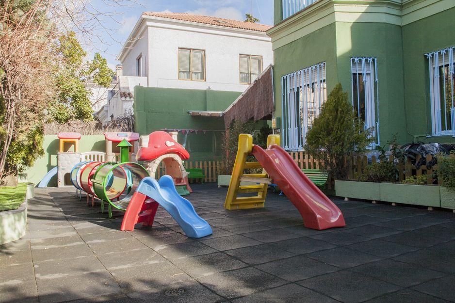 Amplio patio con parque infantil