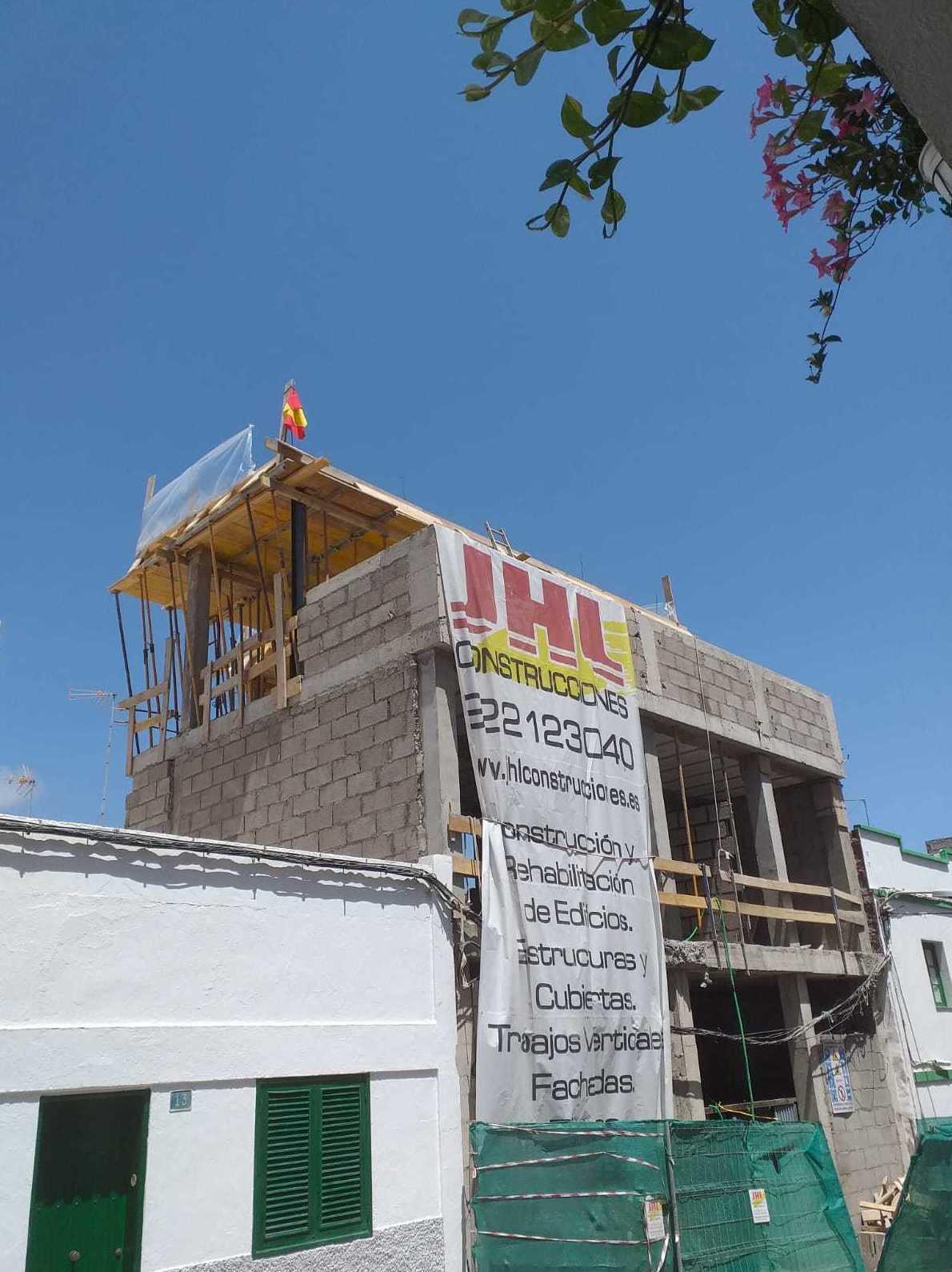 Finalizada la cubierta en la obra de vivienda unifamiliar con garaje, en Alcalá