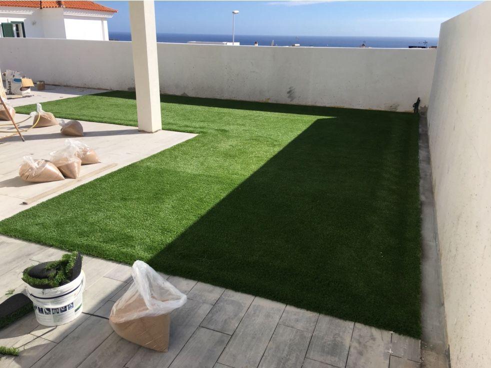 Reforma integral terraza con césped artificial instalado