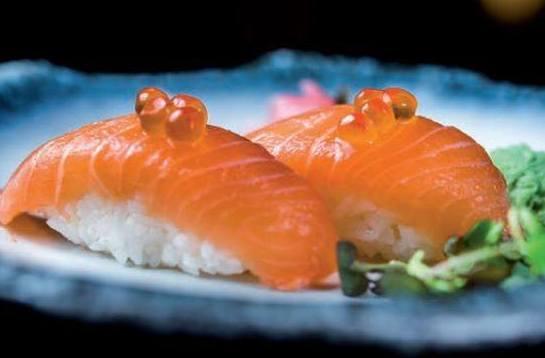 Nigiri de salmón con huevas. Uno de los platos preferidos de Kyoto Rozas