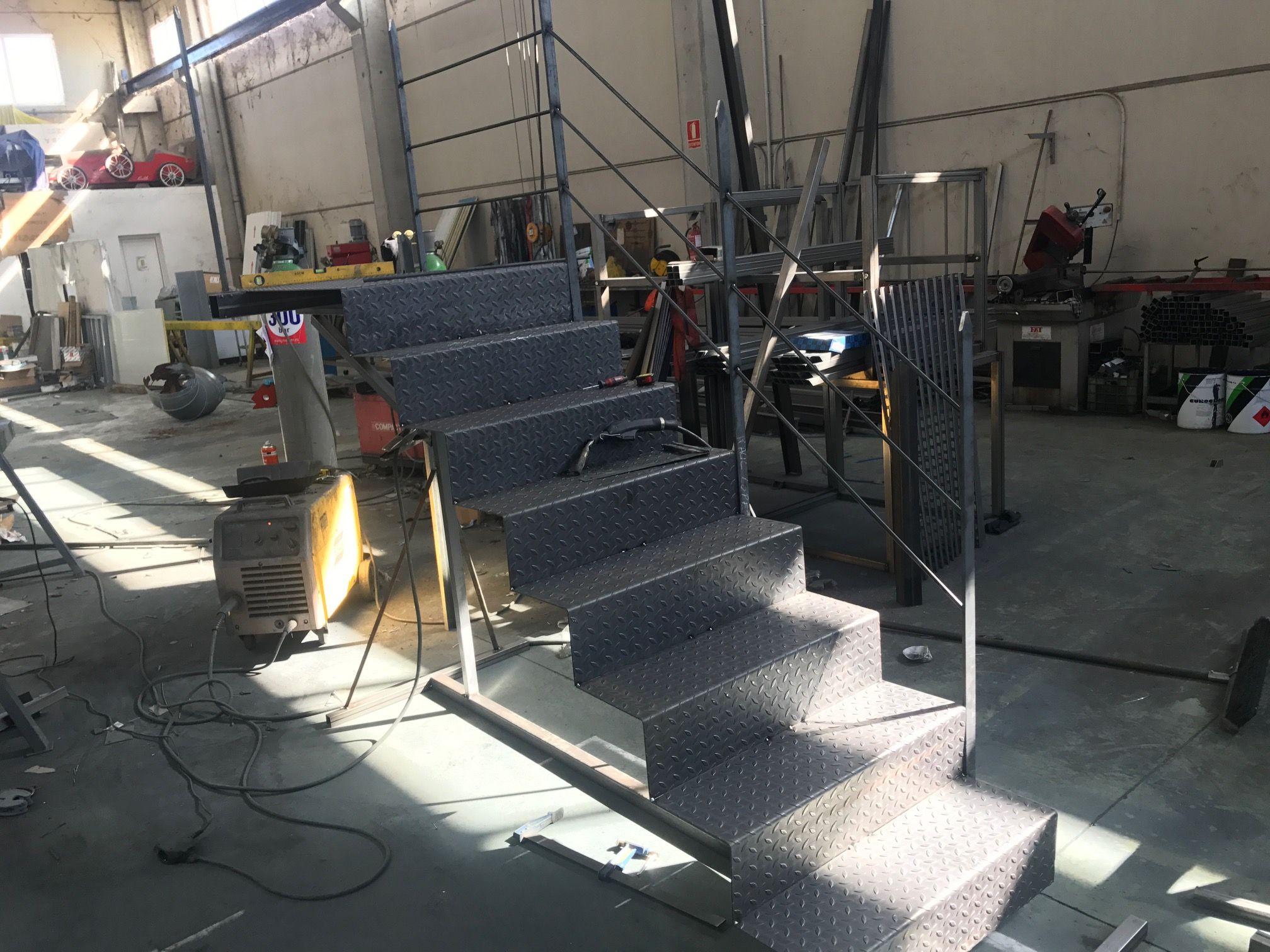 Escaleras metálicas en Pradejón