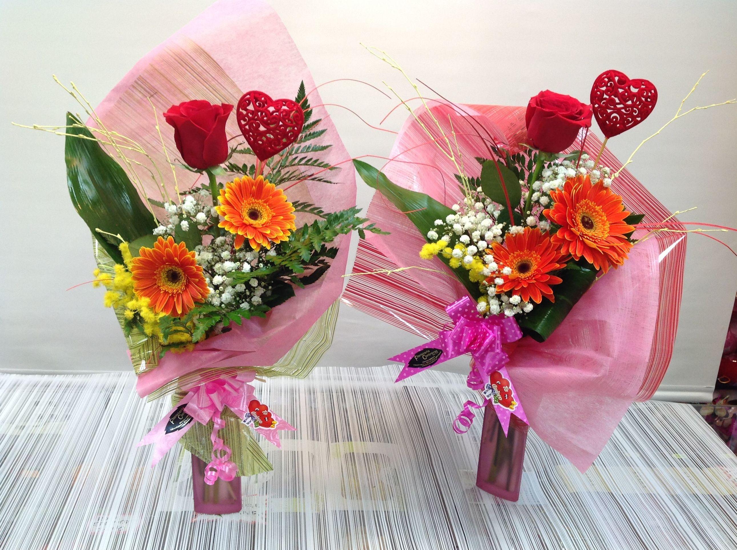 Jarrón 1 rosa y dos gerberas:  de Floristería Contreras