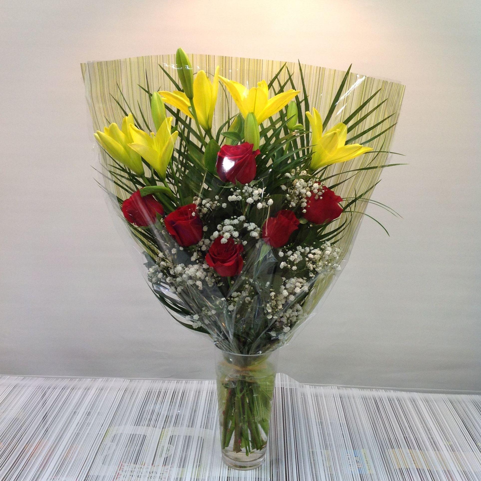 Ramo de 6 rosas con lilium R6:  de Floristería Contreras
