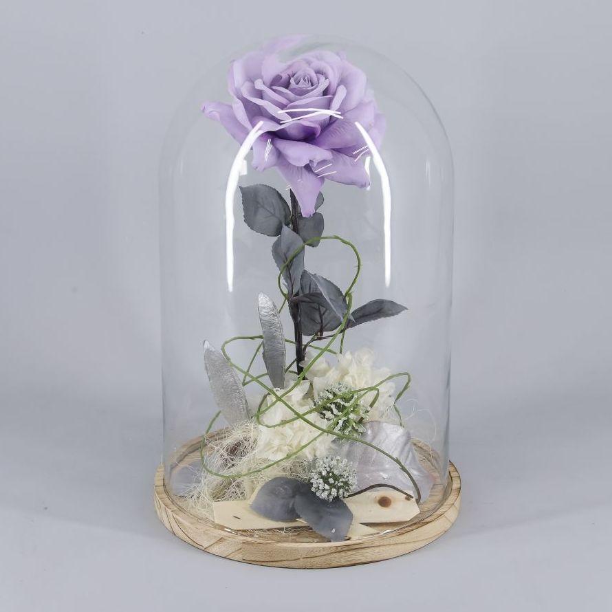 """Cúpula de  """"La bella y bestia"""" 1 rosa eterna:  de Floristería Contreras"""