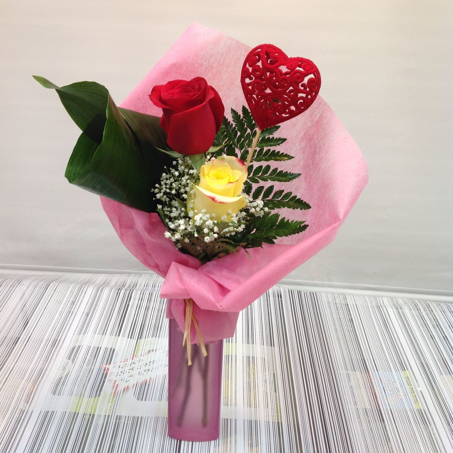 Jarrón dos rosas:  de Floristería Contreras