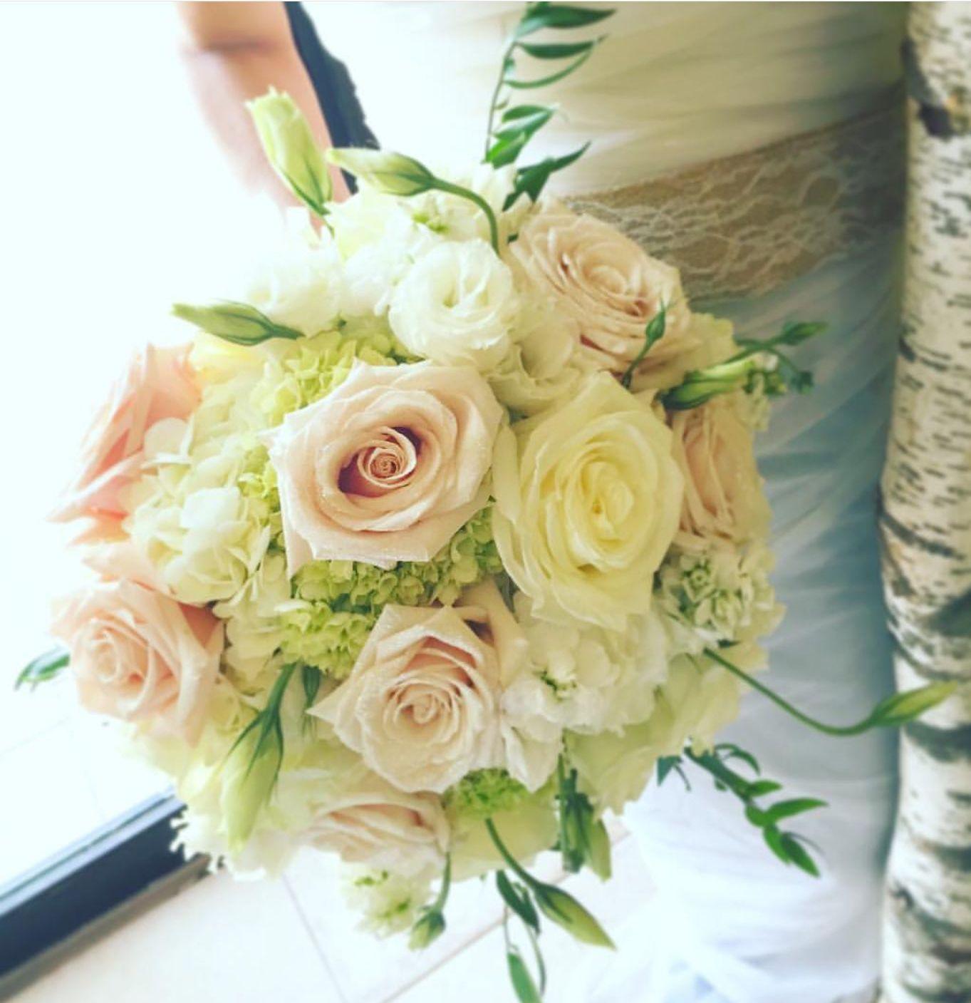 Buquet de rosas blancas y rosas:  de Floristería Contreras