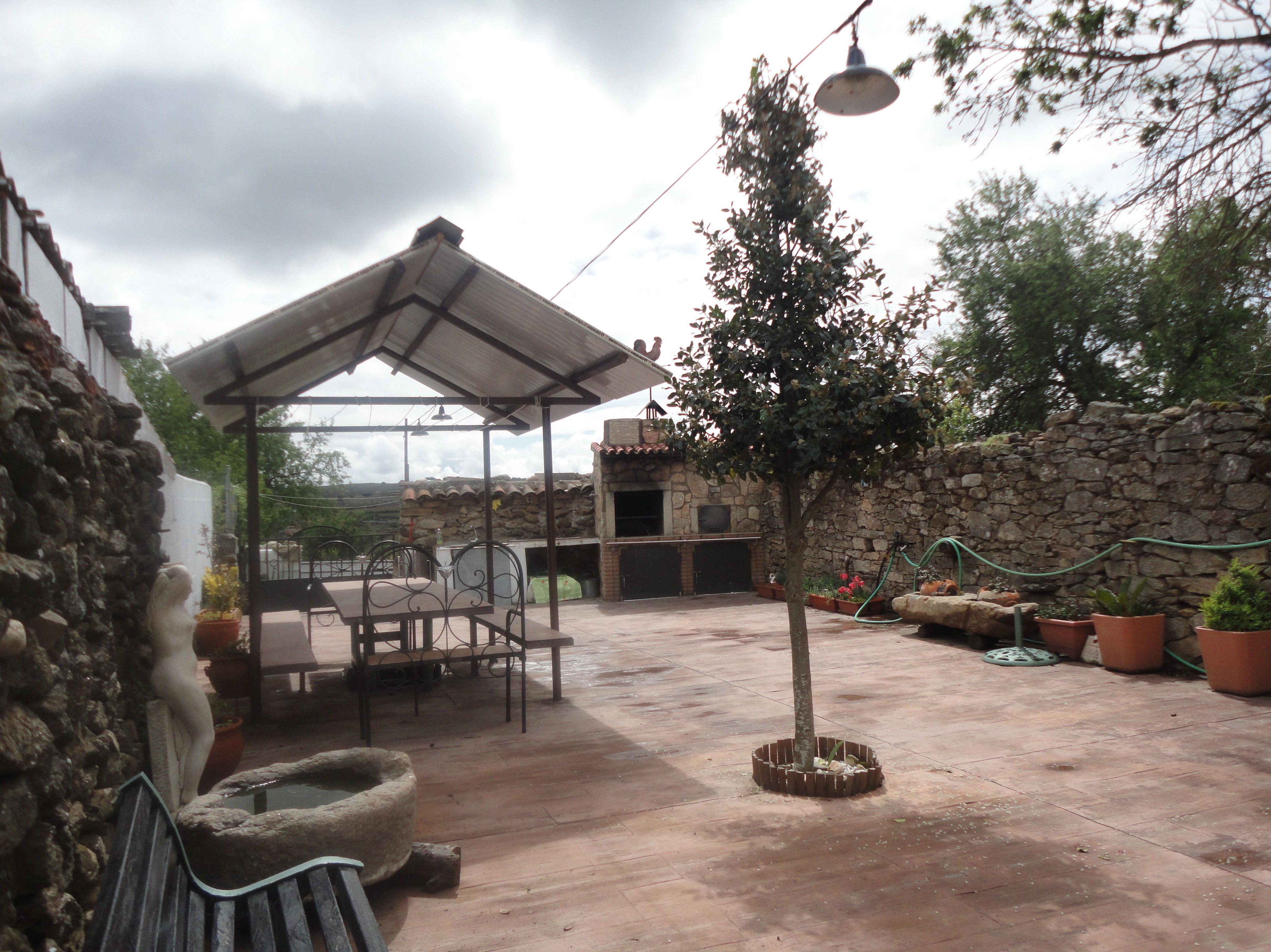 patio: con mesa maciza y cenador en las arribes