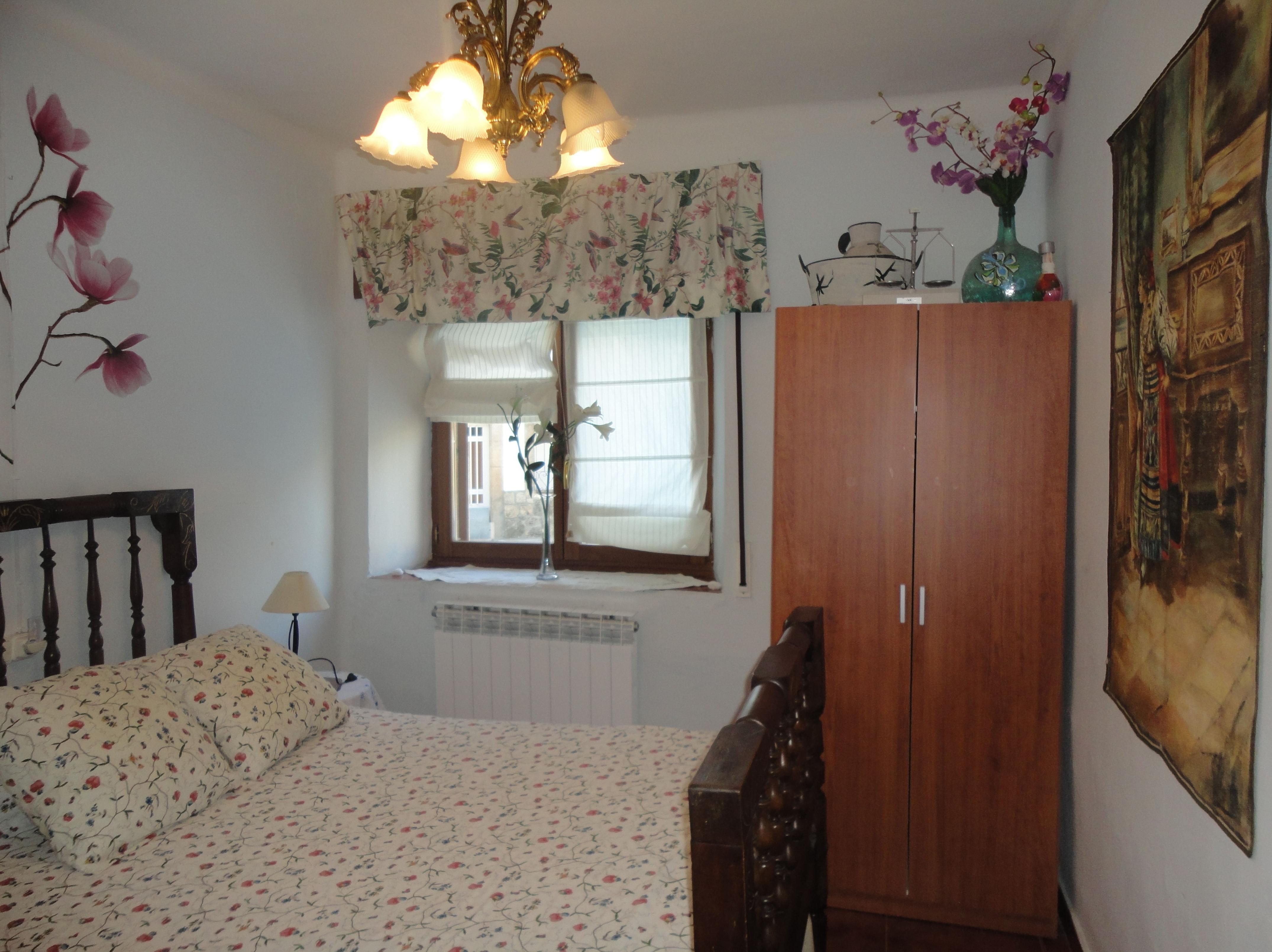 habitación nº 2  cama de madera restaurada por los propietarios