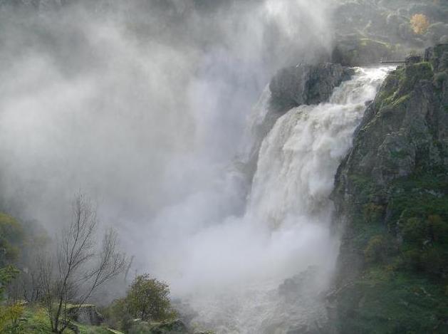 El Pozo de los Humos EN PEREÑA DE LA RIBERA es una cascada en el río Uces a su paso por los términos municipales de Masueco de la Ribera en su margen izquierda y de Pereña de la Ribera en su margen derecha, en la comarca de las Arribes del Duero,