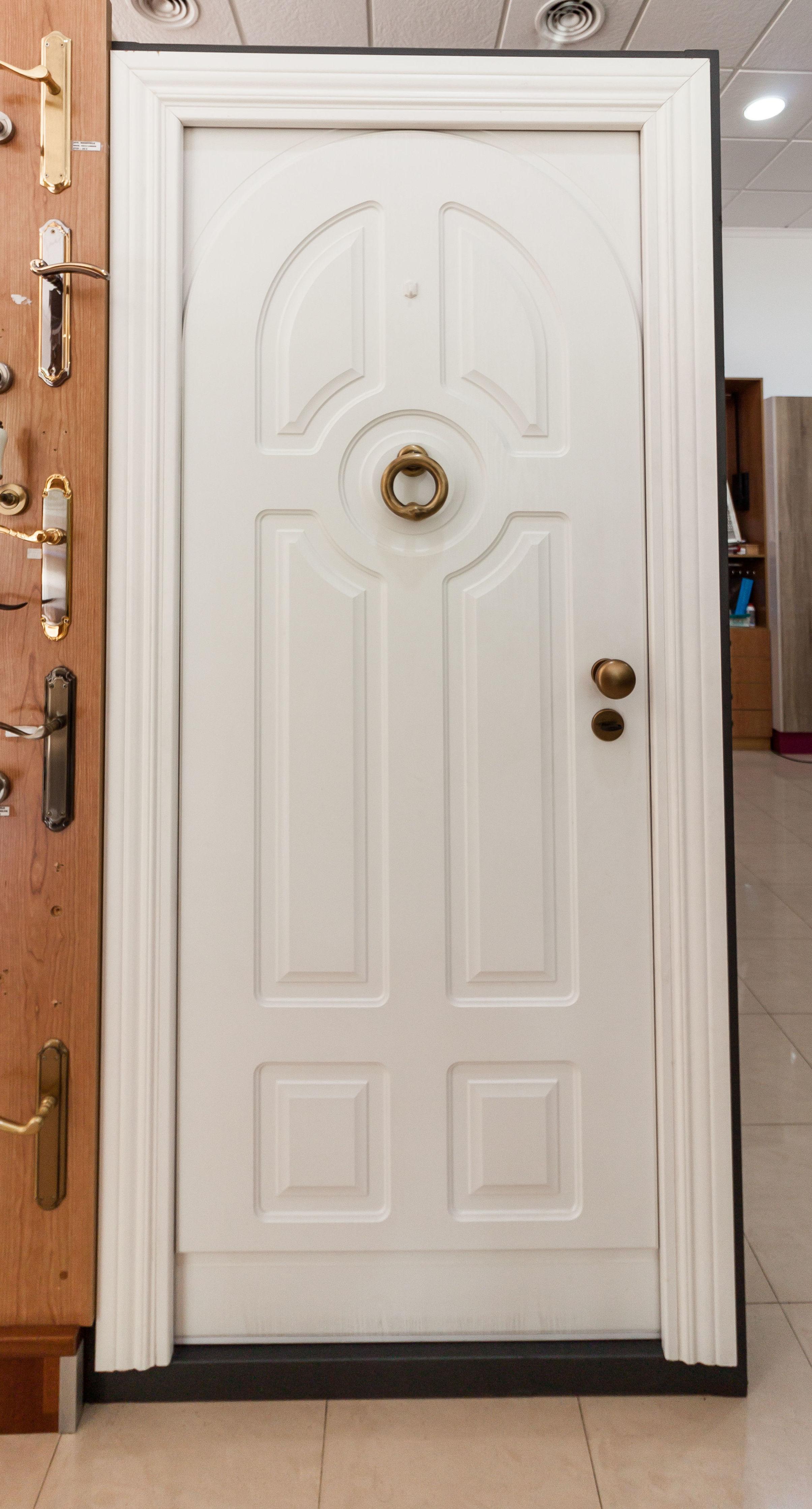 Puerta de entrada en color blanco