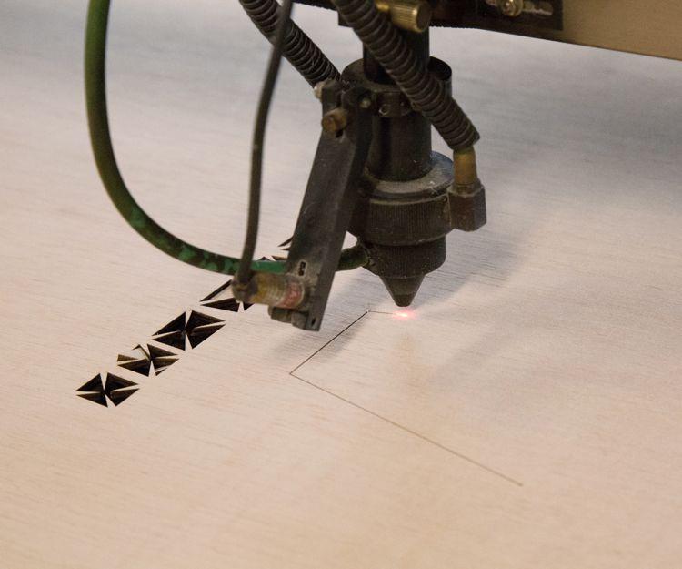 Máquina para elaborar troqueles de última generación
