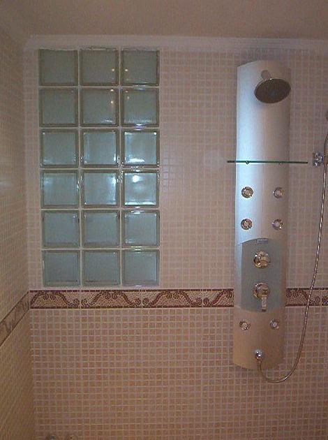 Ba o con ventana de paves reformas integrales de alfonseca for Fotos cuartos de bano con paves