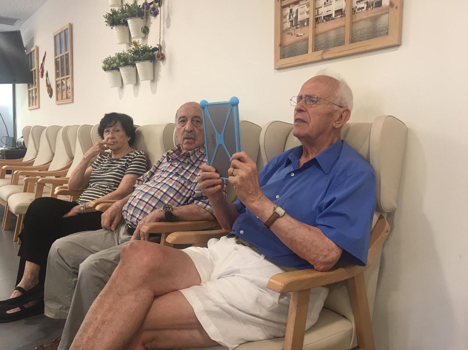 Trabajos con la tablet: Servicios de Avi Jeis Centro de dia para personas mayores
