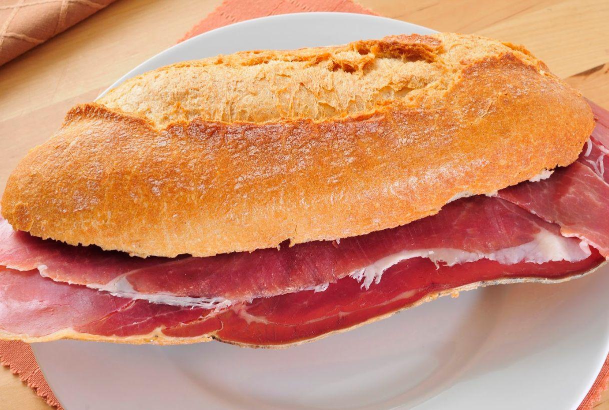Restaurante con variedad de bocadillos en Jaén