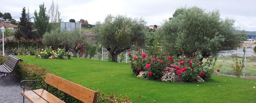 Amplios jardines por donde pasear