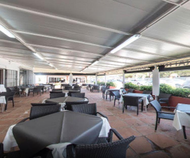 Restaurante italiano en la playa con gran terraza