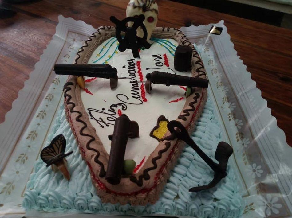 Pastís amb forma de barca. Porta la teva idea i la farem pastís!      Tarta con forma de barca. Trae tu idea y la haremos tarta!