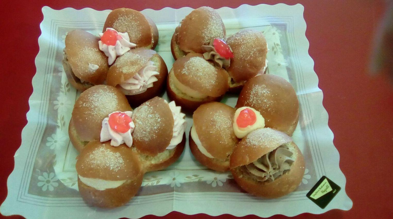 Pastelitos Trebol. Ideal para invitados boda; crema de fresa y trufa , brioche