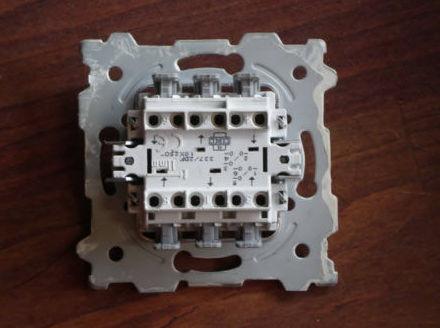 Bombillas LED encendidas con el interruptor apagado 2.