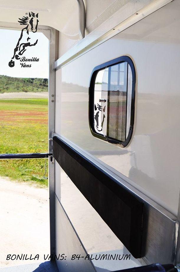 Lideres en comodidad en el interior del remolque para caballos.