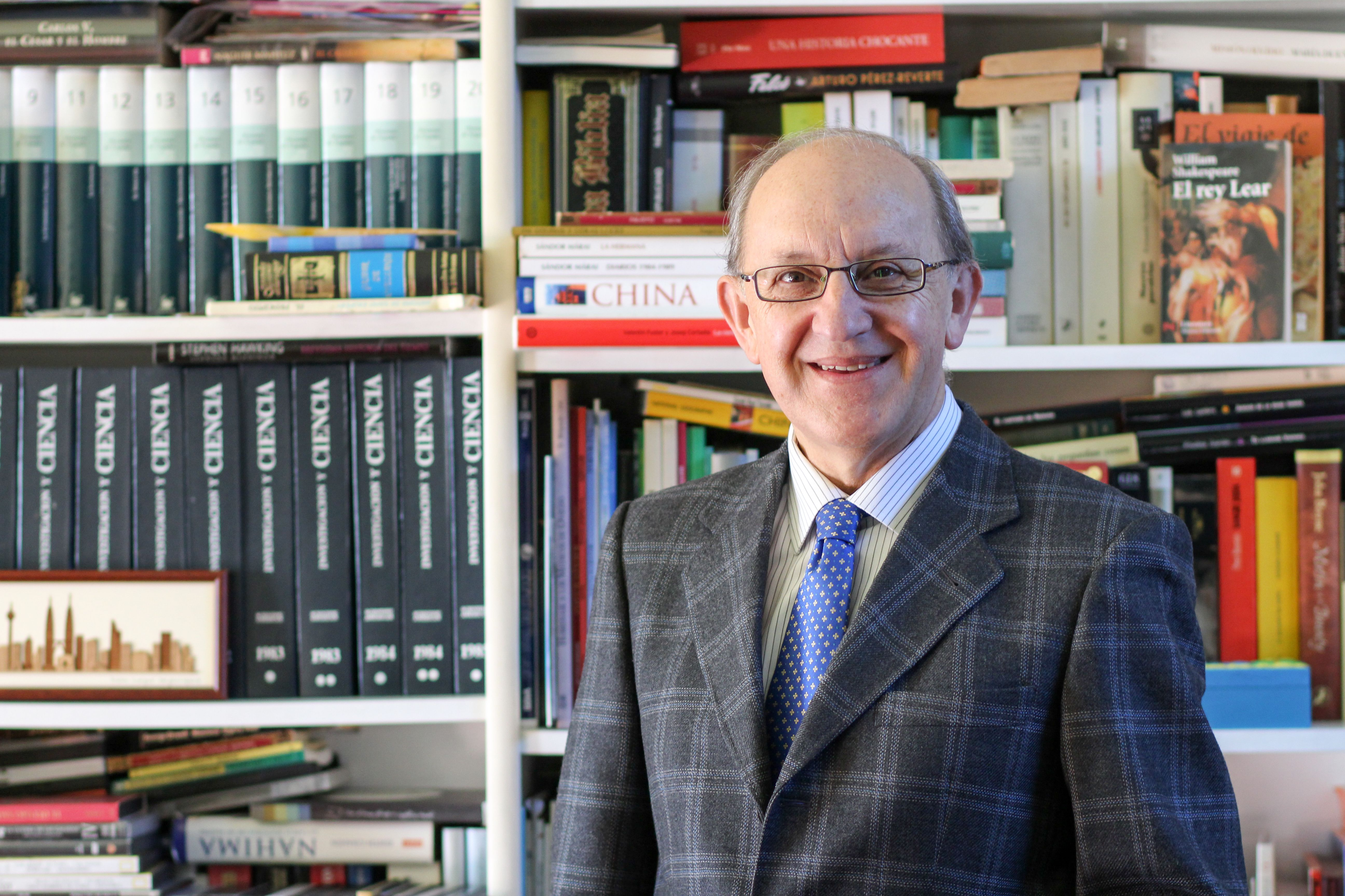 Sr. Noriega Martinez en la librería