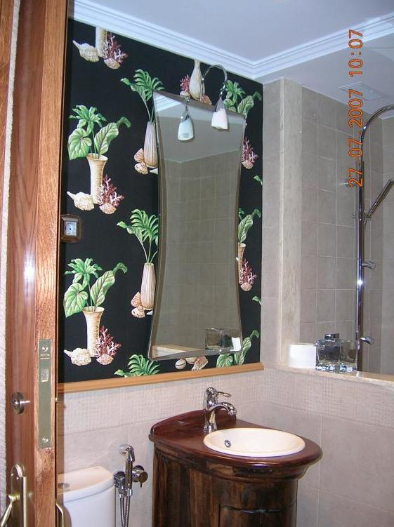 Reforma de cuarto de baño. Combinación de material cerámico y papel pintado. Mueble de lavabo en madera de teca.