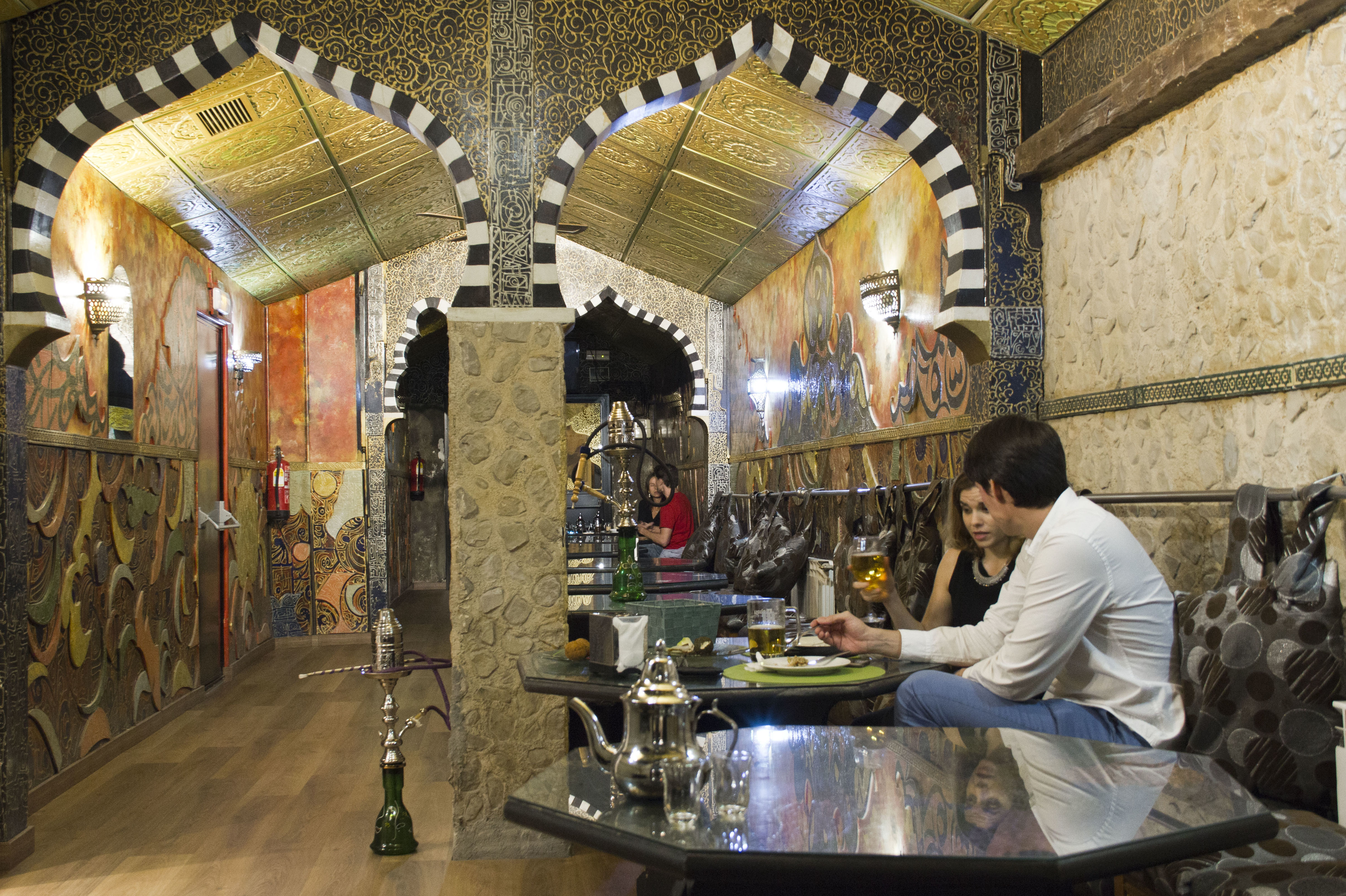 Prueba nuestro salón reformado de té y shishas