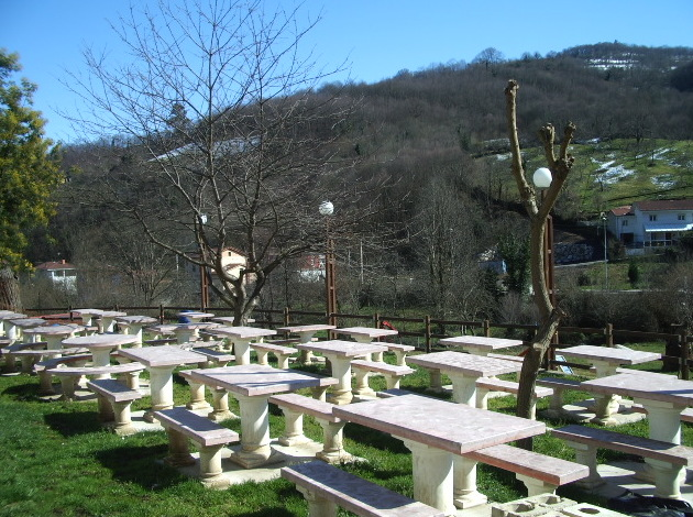 Jardín exterior con mesas en Mieres