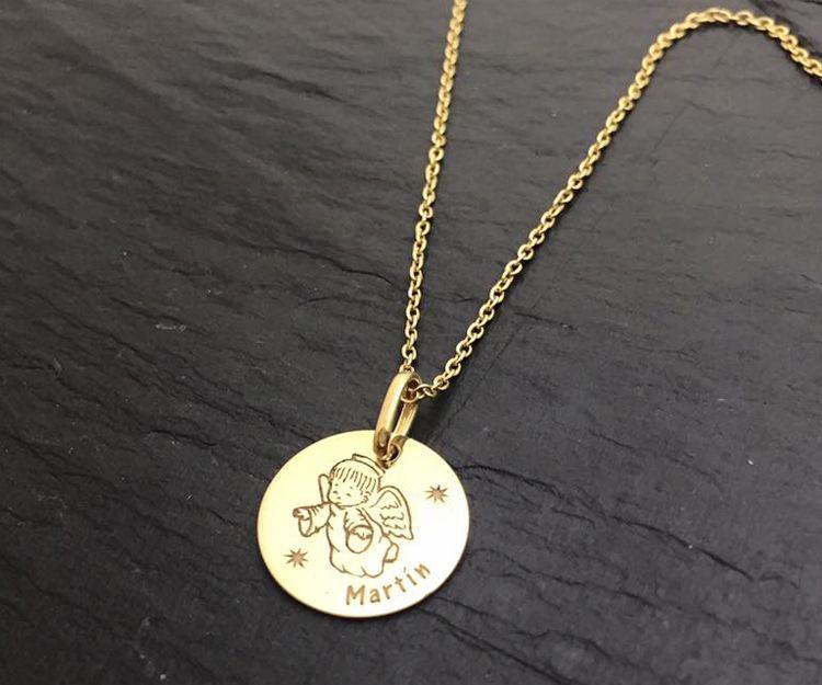 Medallas y cadenas de oro