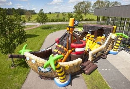 Barco pirata gigante.