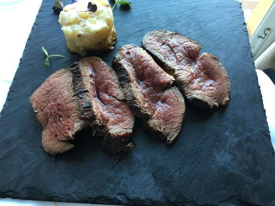 CHATEAUBRIAND STEAK SLICED IN THE DINING ROOM
