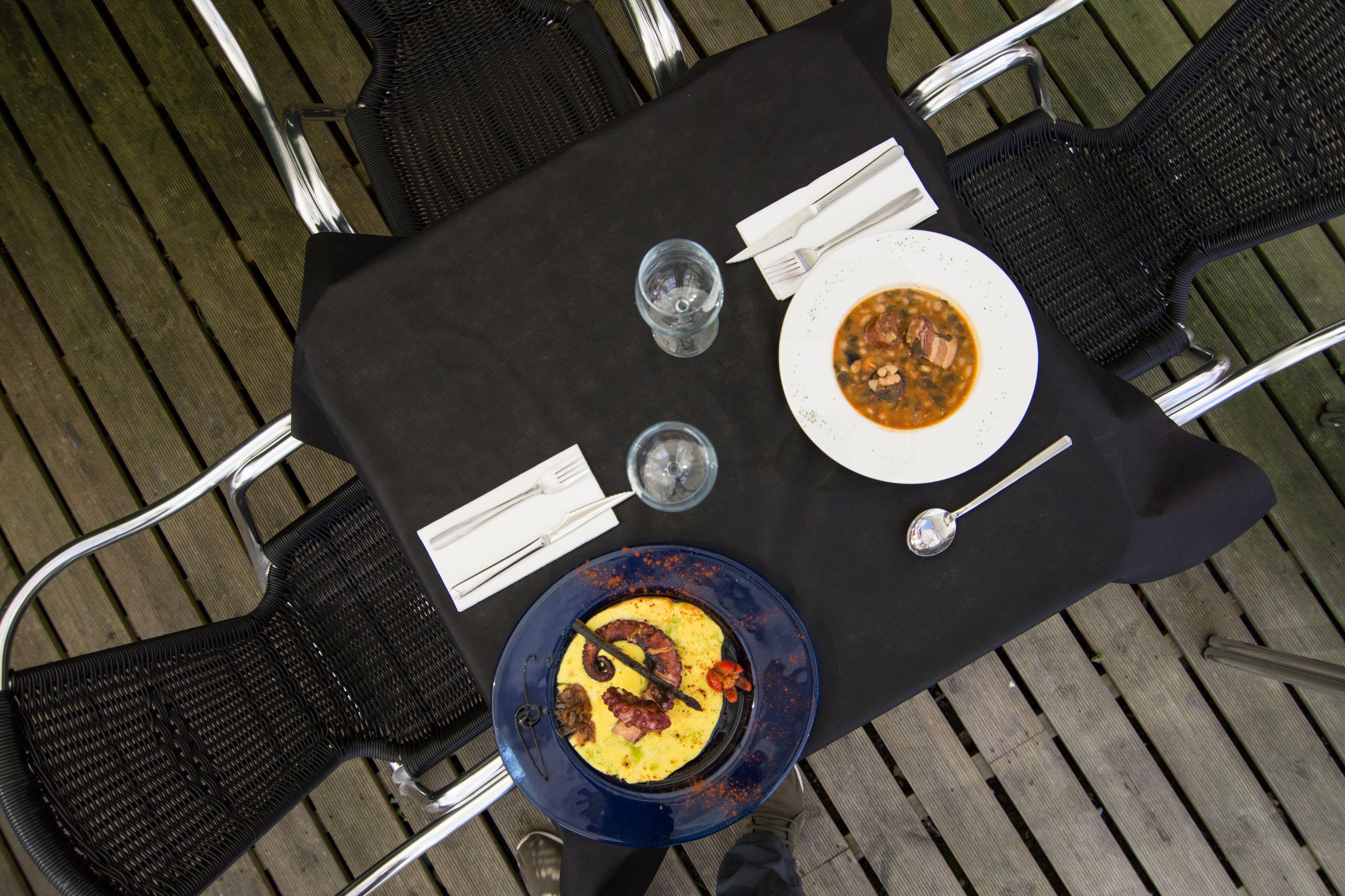 Mesa con platos Restaurante El Cantón