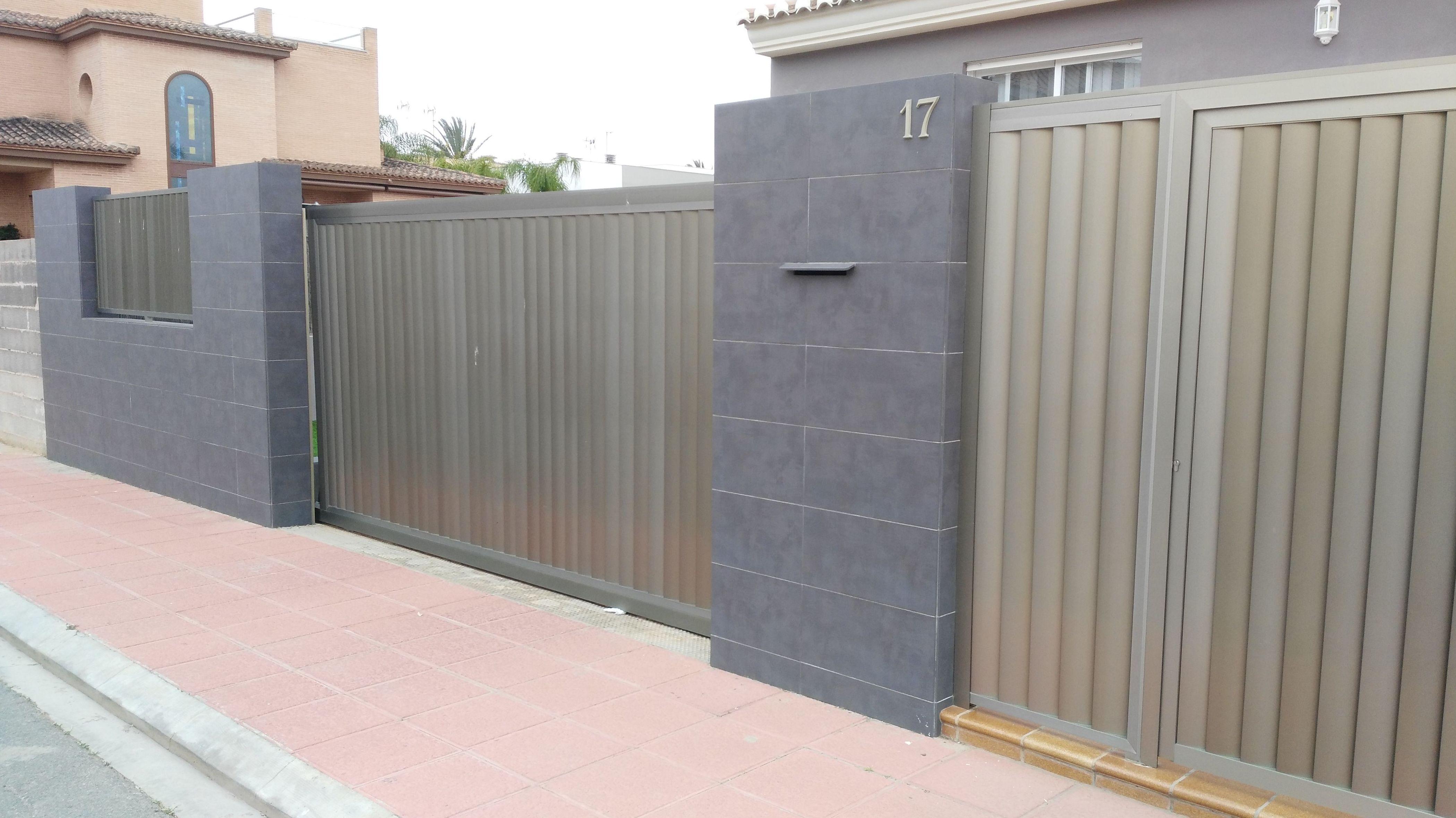 Vallado y puertas de entrada a unifamiliar de aluminio anodizado inox