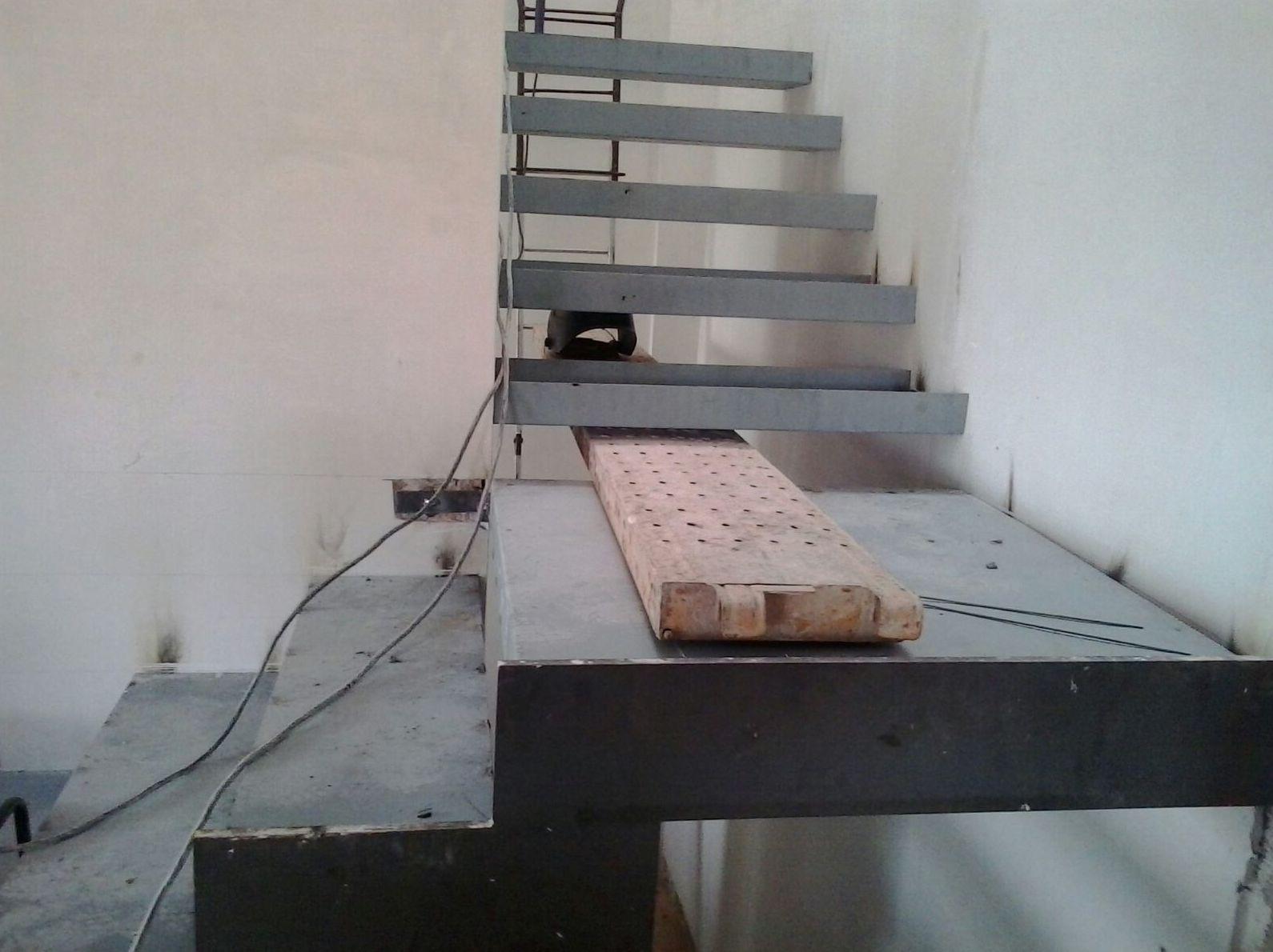 Escalera de peldaños de hierro directos a la pared