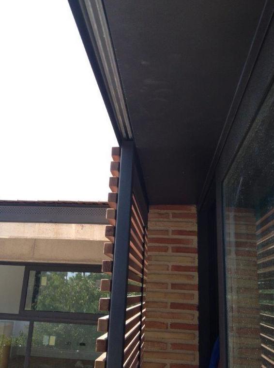 Mallorquina corredera aérea con bastidor de aluminio y lamas fijas de madera