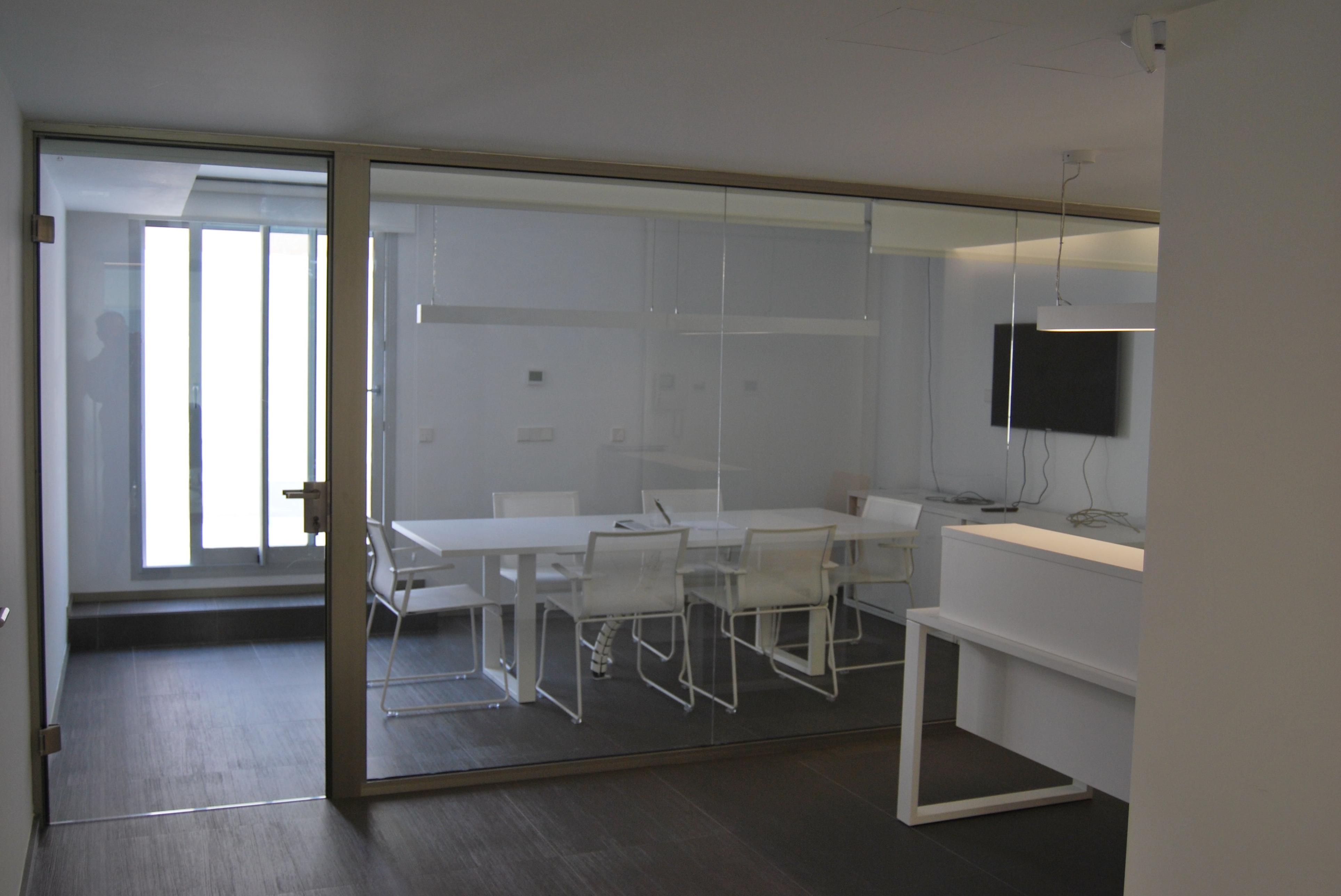 Separador de oficina compuesto por una puerta abatible y fijo lateral.