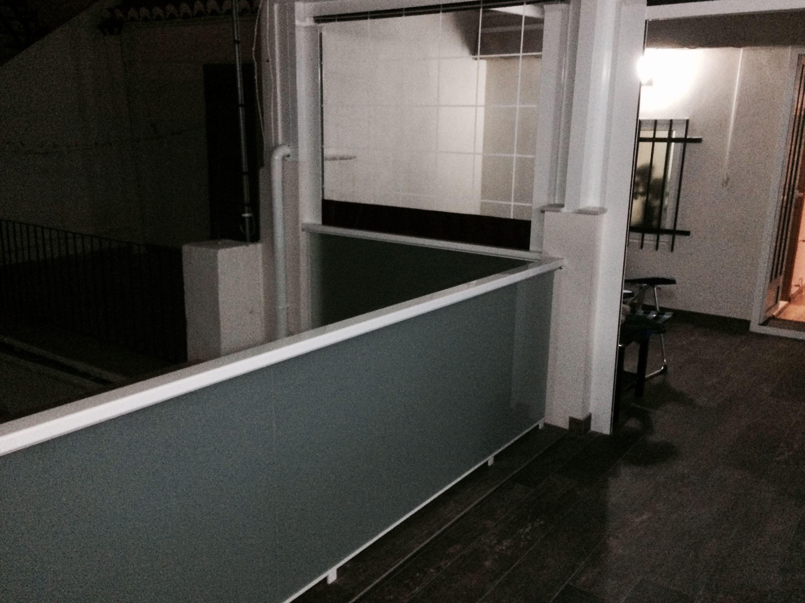 Cerramiento de terraza con toldos y barandilla de vidrio y aluminio
