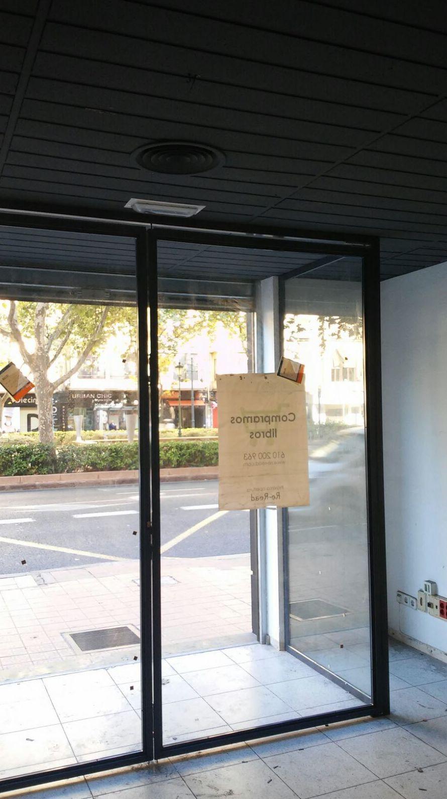 Entrada a tienda con puerta pivotante de dos hojas
