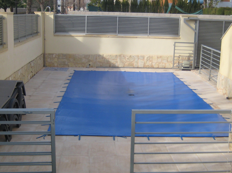 Toldos para cubrir piscinas de todas las formas y medidas.