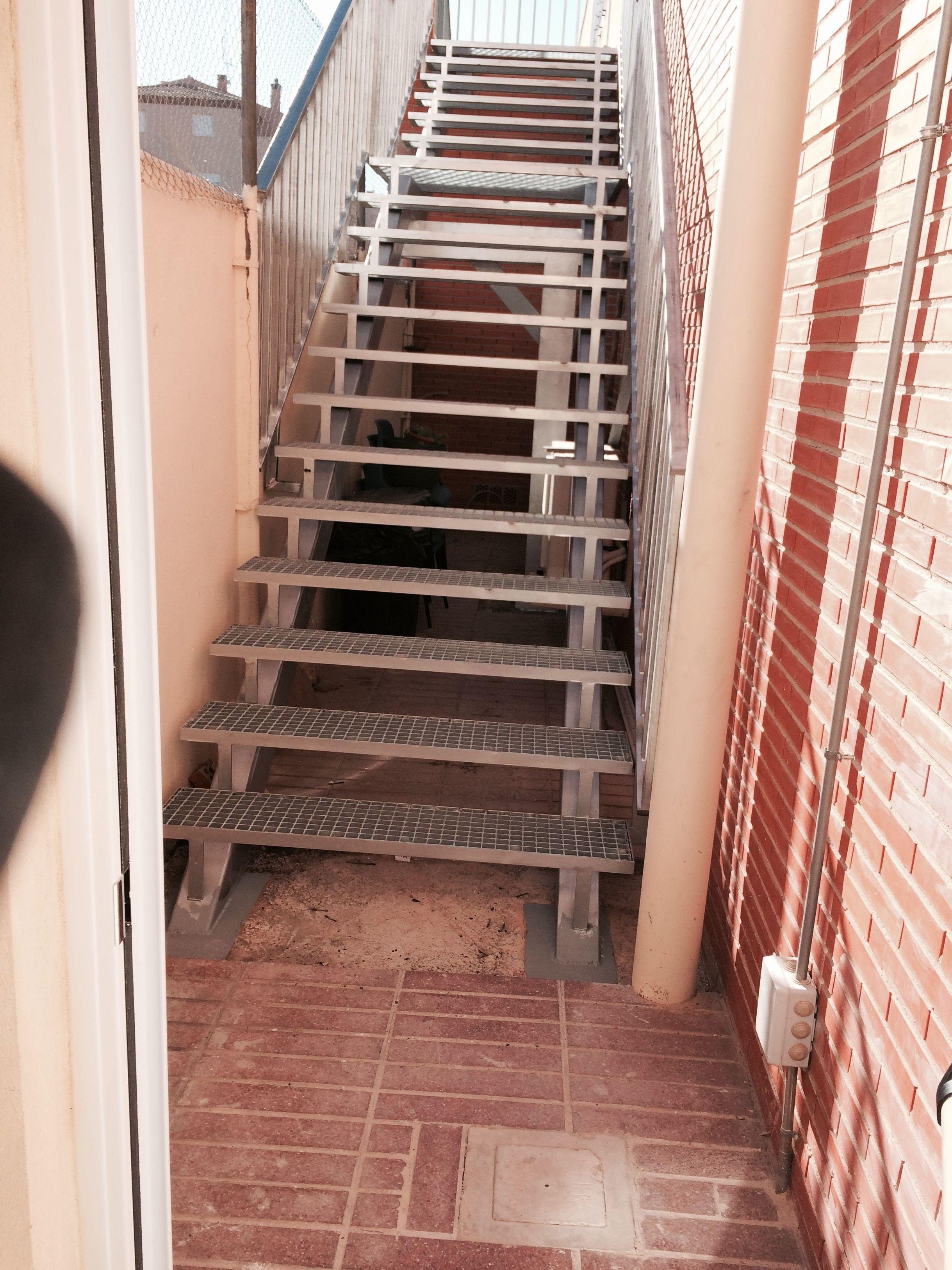 Escalera de hierro glava con peldaños de Tramex