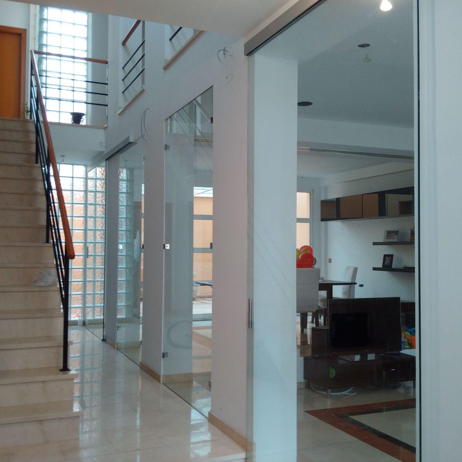Cerramiento de vidrio interior con fijos y puertas correderas