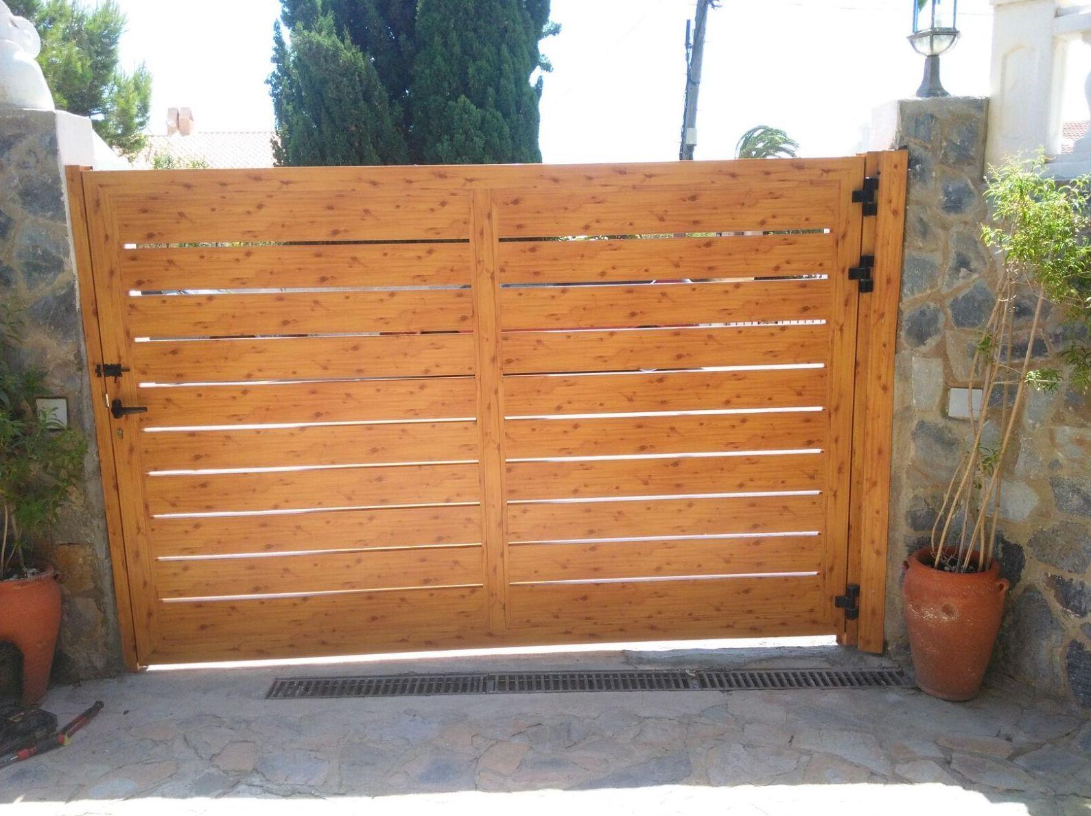 Puerta abatible para entrada de vehículos de aluminio