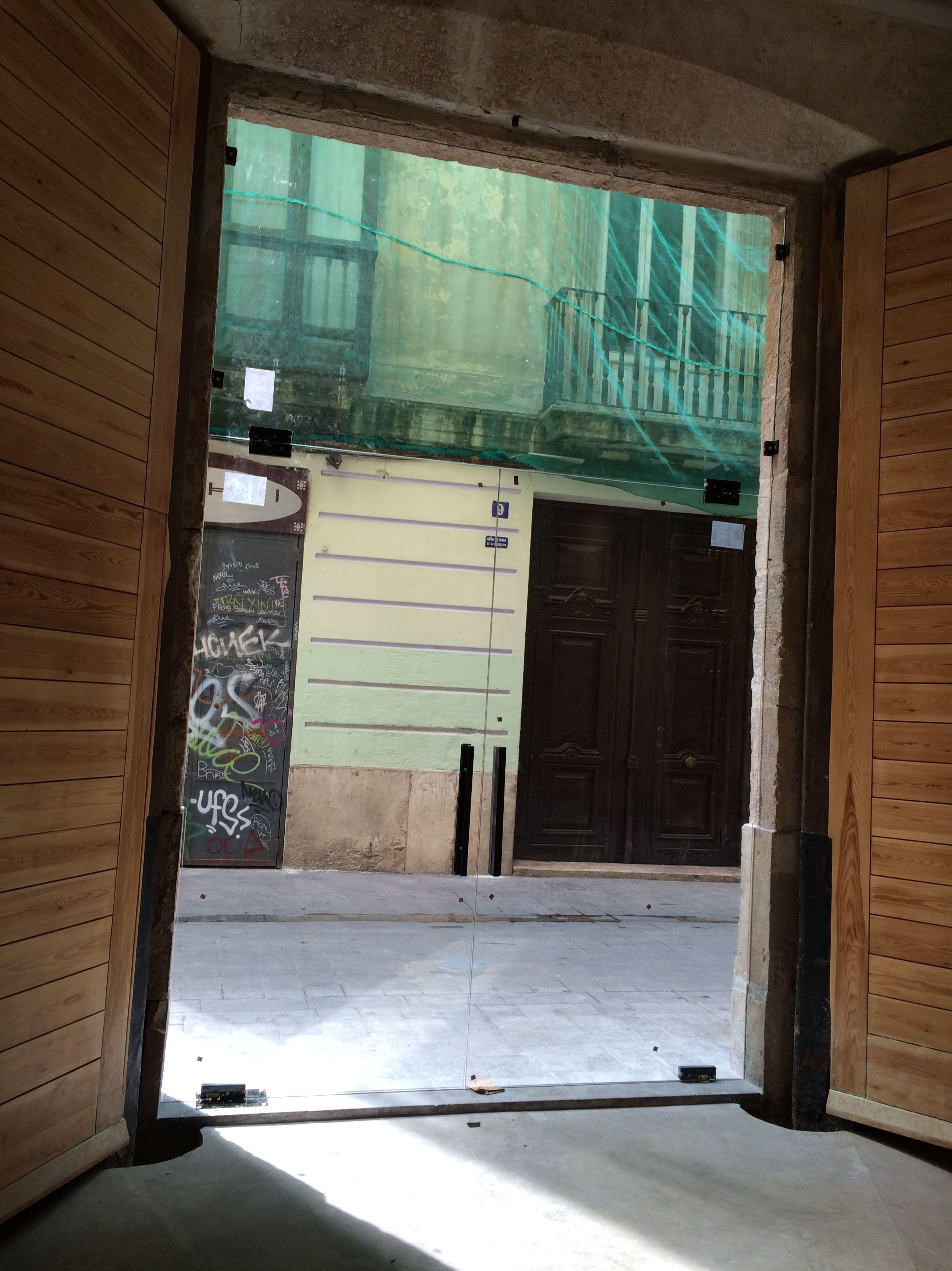 Cerramiento de vidrio templado y herrajes de inoxidable