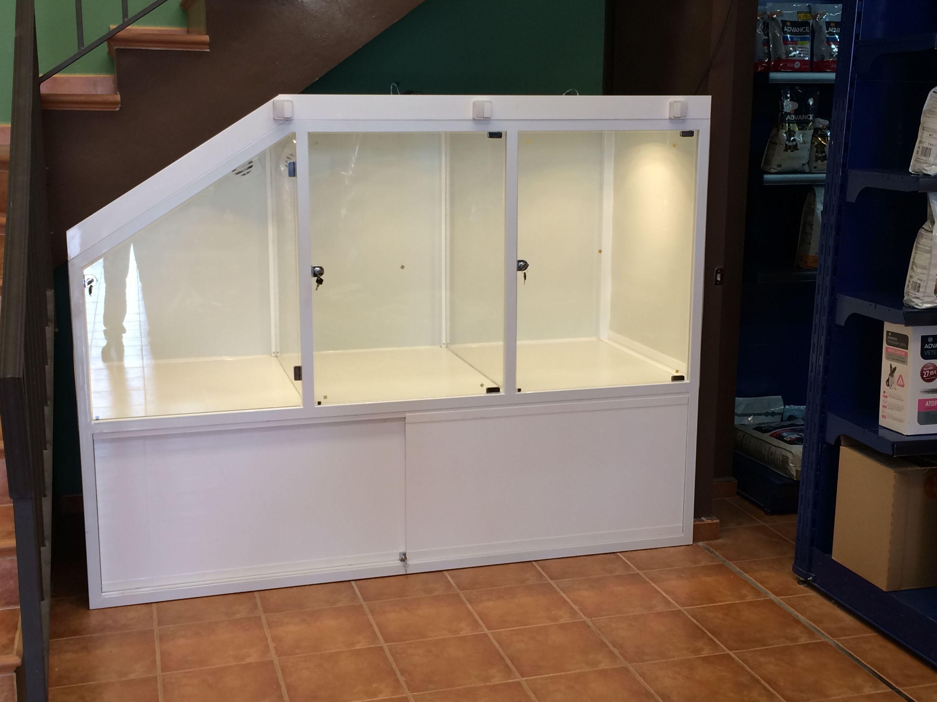 Expositor para tienda de animales de hierro con puertas de vidrio