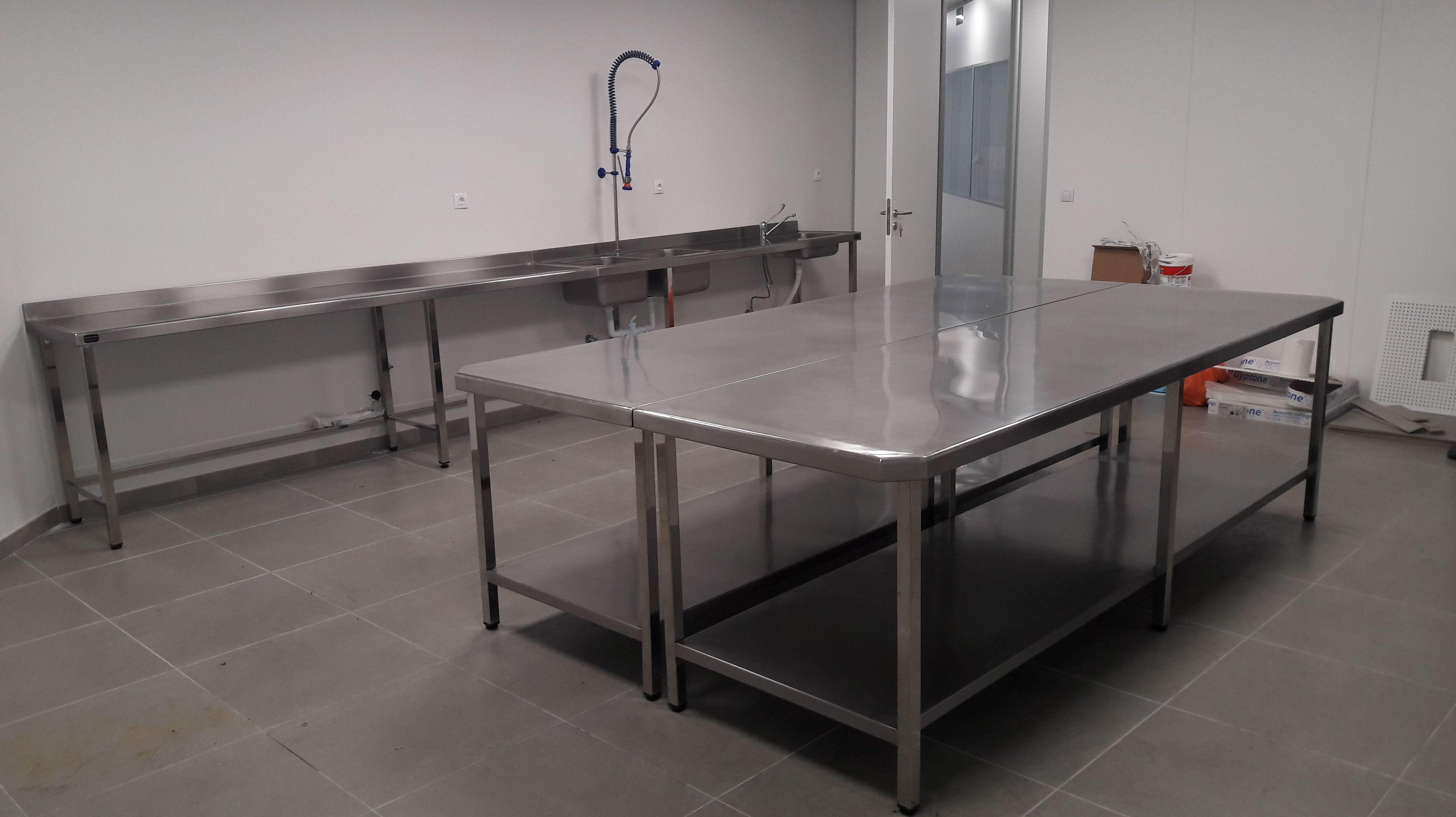 Mesas y fregaderos para Centro de entrenamiento de personal