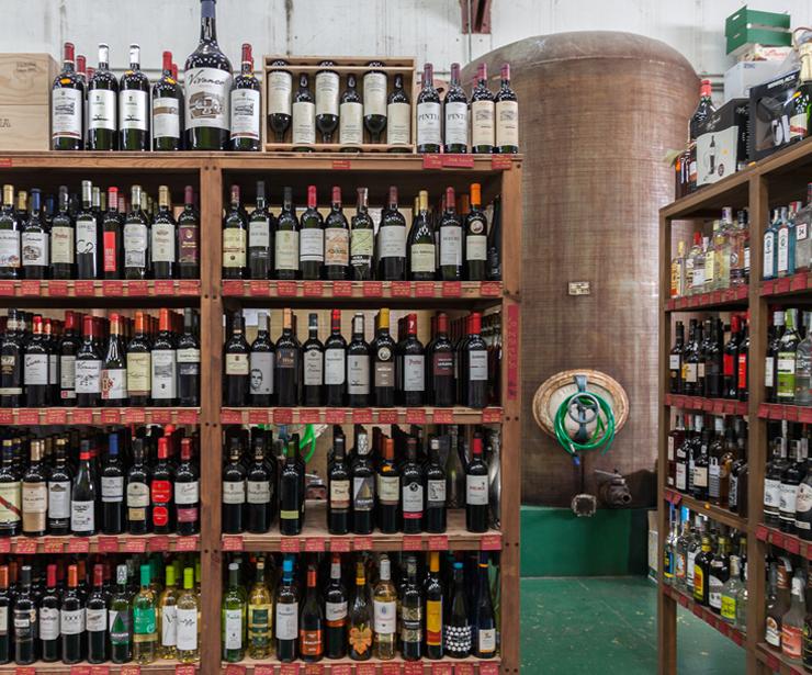 Amplia vinoteca, Todo en Vega Sicilia, Albariños, Rueda, Riojas, Riveras...