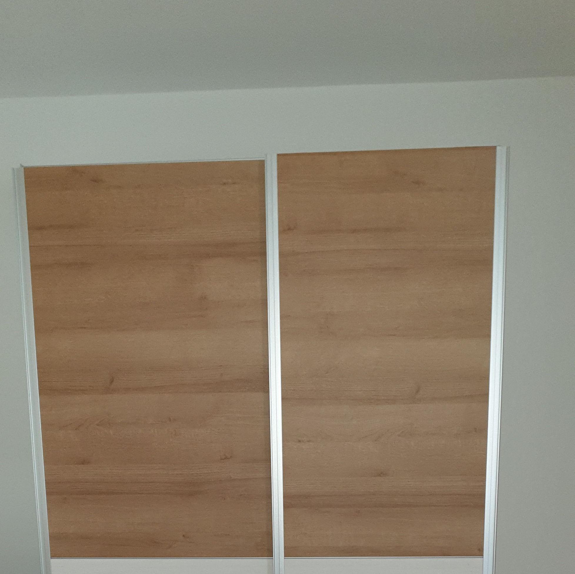 8 armarios de puertas correderas  pequeños.