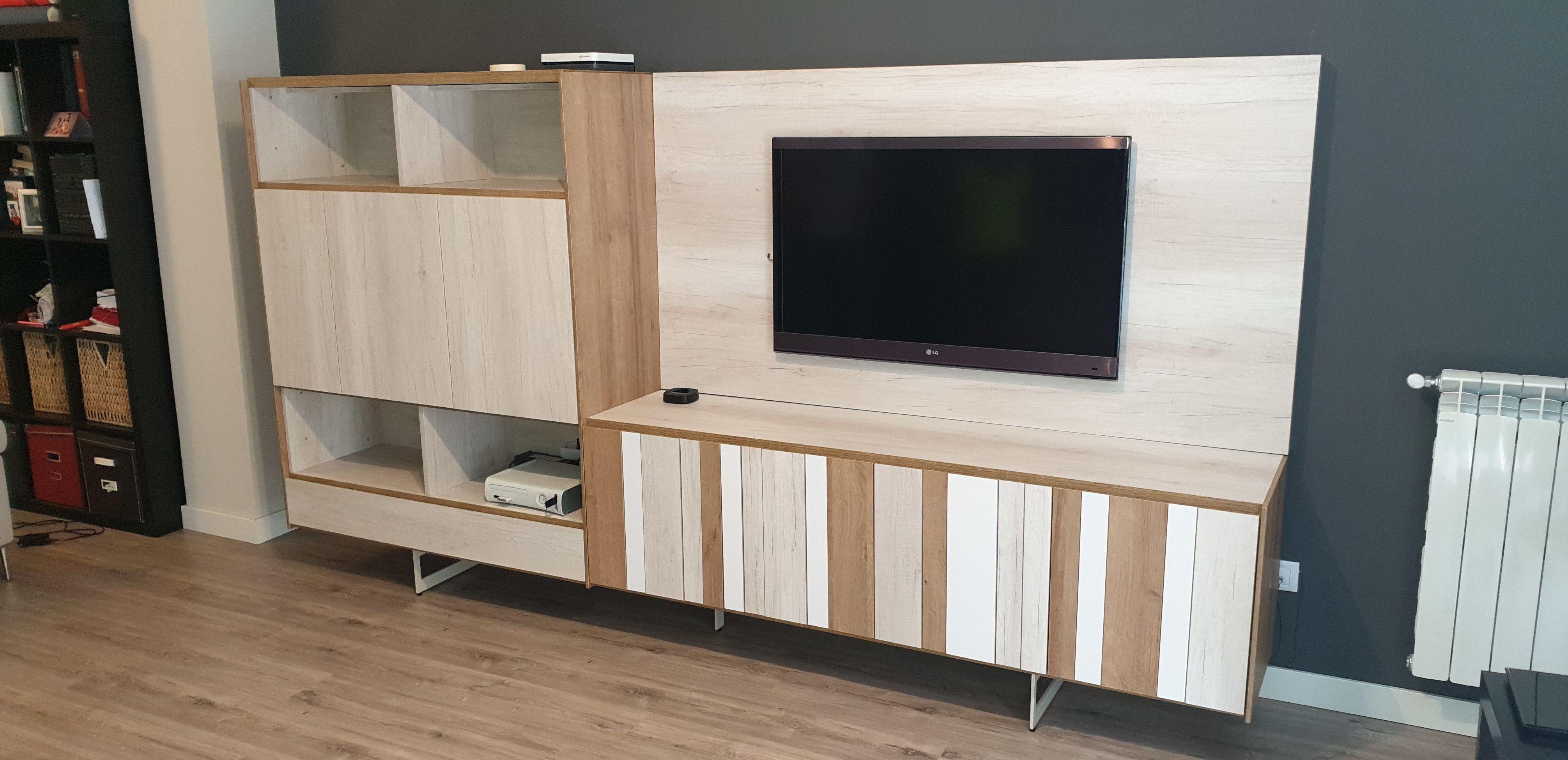 Mueble de salón con panel de tv.